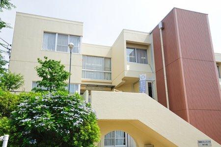 青葉台コミュニティハウス 本の家