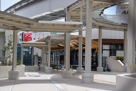 整備中の再開発ビル公開広場と、「立川」駅新自由通路