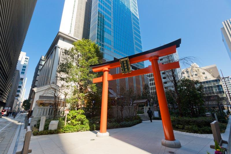 ビル群の中に佇む「福徳神社」